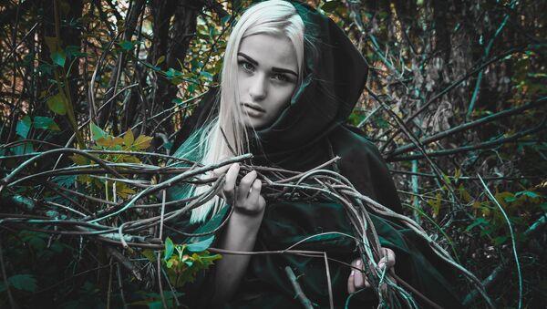 Una joven disfrazada de bruja (imagen referencial) - Sputnik Mundo