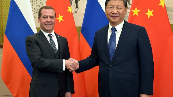 El primer ministro ruso, Dmitri Medvédev, y el presidente de China, Xi Jinping - Sputnik Mundo