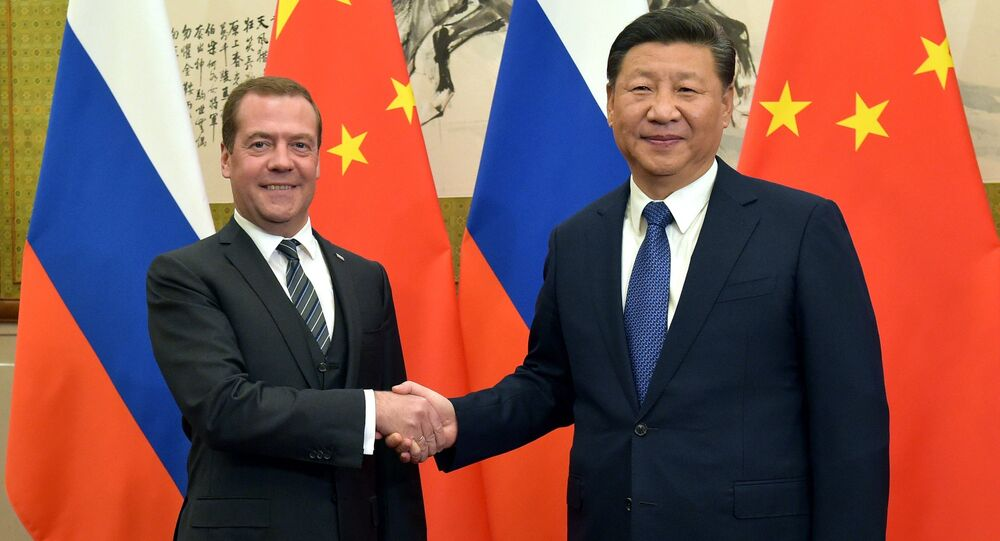 El primer ministro ruso, Dmitri Medvédev, y el presidente de China, Xi Jinping
