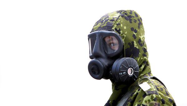 Un militar en un traje de riesgo biológico (imagen referencial) - Sputnik Mundo