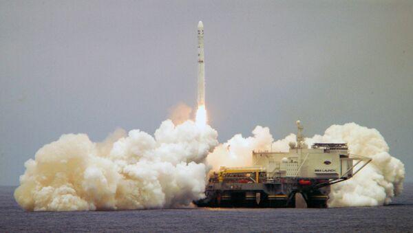 El cosmódromo flotante Sea Launch en el momento de despegue del cohete portador Zenit-3SL (archivo) - Sputnik Mundo
