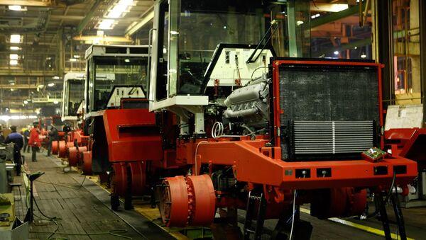 Fabricación de tractores Kirovets - Sputnik Mundo