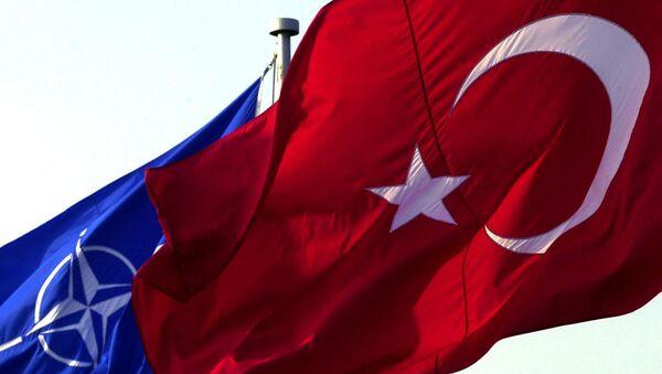 Una bandera turca enfrente de una de la OTAN - Sputnik Mundo