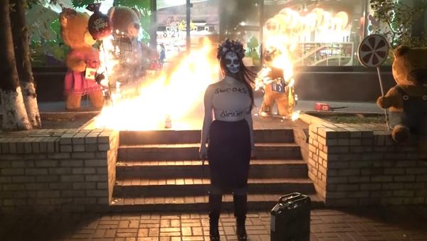 Bombones o 'impeachment': la dulce protesta de Femen contra Poroshenko - Sputnik Mundo