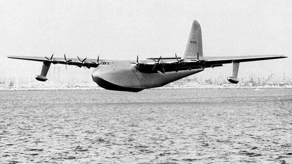 El barco volador de 800 toneladas de Howard Hughes, apodado Spruce Goose, se desliza sobre el agua el 2 de noviembre de 1947 - Sputnik Mundo