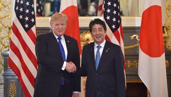 Donald Trump, presidente de EEUU, y Shinzo Abe, primer ministro de Japón - Sputnik Mundo