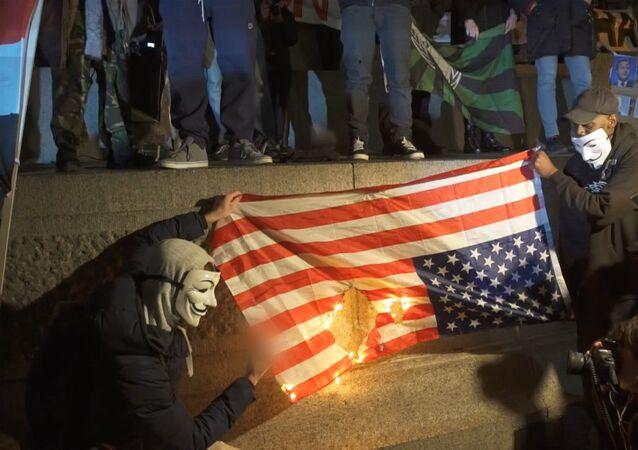 Anonymous quema en Londres la bandera de EEUU
