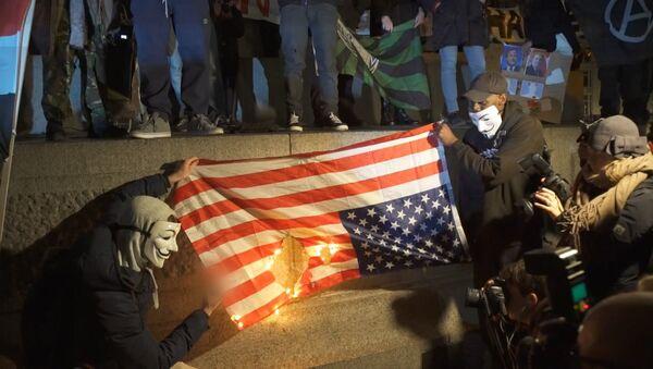 Anonymous quema en Londres la bandera de EEUU - Sputnik Mundo