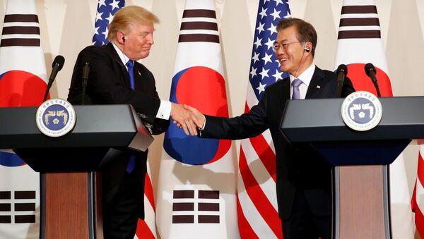 El presidente de EEUU, Donald Trump, y el presidente de Corea del Sur, Moon Jae-in - Sputnik Mundo