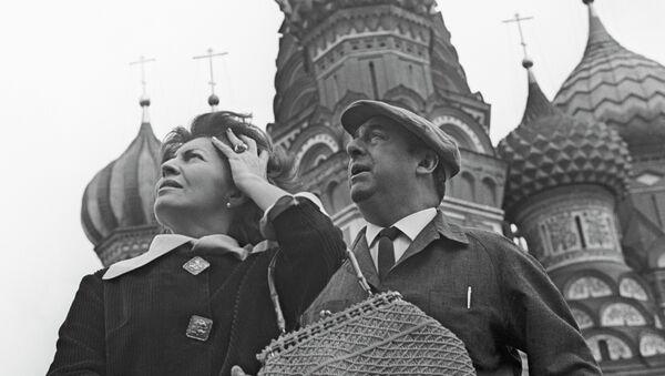 Pablo Neruda y su esposa Matilde Urrutia en Moscú en 1962. - Sputnik Mundo