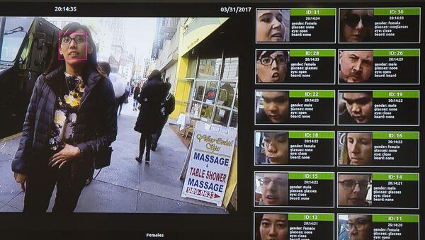 Una pantalla muestra un sistema de reconocimiento facial para la aplicación de la ley - Sputnik Mundo