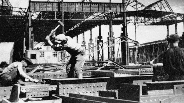 La construcción de la planta de automóviles de Nizhni Nóvgorod en la URSS en los años 30 (archivo) - Sputnik Mundo