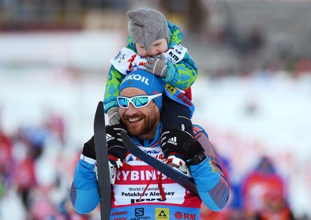 Alexéi Petujov, esquiador ruso, con su hijo (archivo)