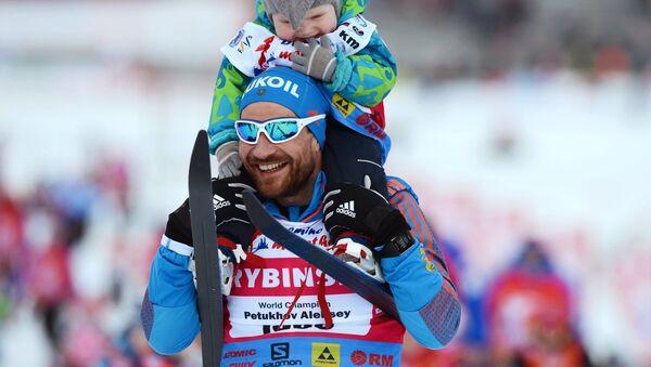 Alexéi Petujov, esquiador ruso, con su hijo (archivo) - Sputnik Mundo
