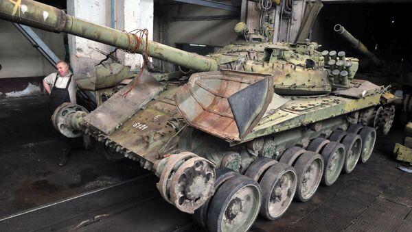 Tanques T-72 se reparan en la planta de Lviv, Ucrania - Sputnik Mundo