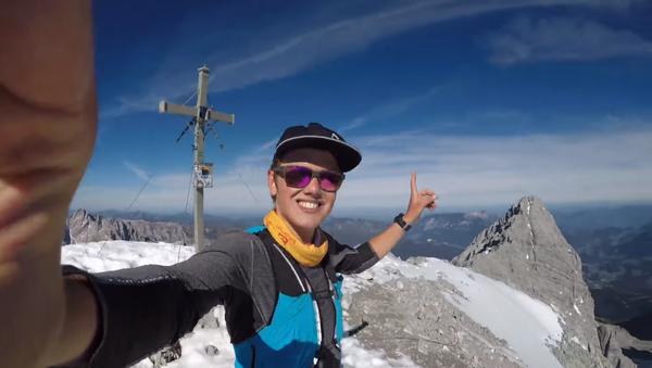 Un alpinista arriesga su vida sin equipamiento de seguridad - Sputnik Mundo