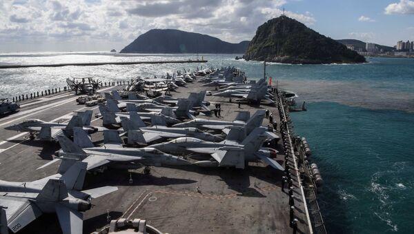El portaviones estadounidense USS Ronald Reagan en las aguas de la península de Corea - Sputnik Mundo