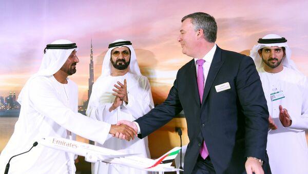 Los representantes de Emirates Airline y Commercial Airplanes Boeing en Dubaí - Sputnik Mundo