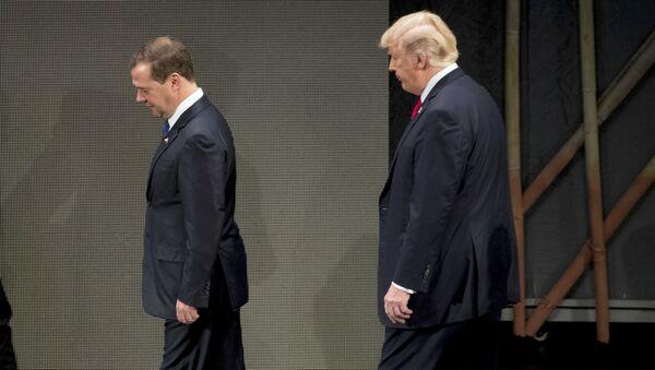 El primer ministro de Rusia, Dmitri Medvédev, y el presidente de EEUU, Donald Trump - Sputnik Mundo