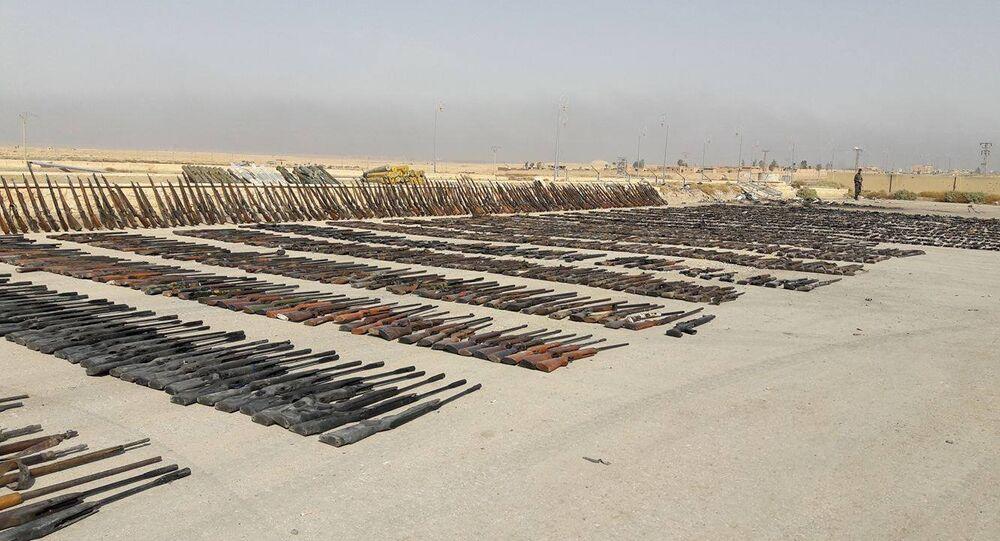 Las armas de los almacenes de los terroristas, encontrados en Deir Ezzor por el Ejército sirio (archivo)