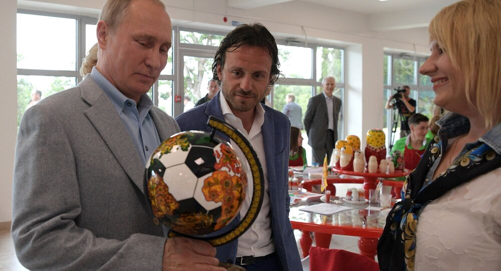 El presidente Vladímir Putin con el globo futbolero con jojlomá