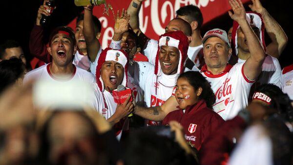 Jugadores de la selección de fútbol peruana celebran su victoria - Sputnik Mundo