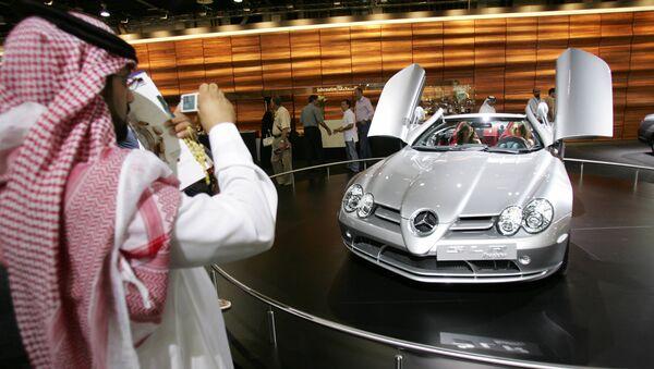 Un hombre emiratí fotografía un nuevo Mercedes-Benz SLR McLaren Roadster - Sputnik Mundo