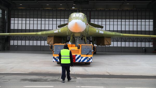 La salida del prototipo del bombardero estratégico modernizado Tu-160M2 a la pista de despegue en Kazán, Rusia - Sputnik Mundo