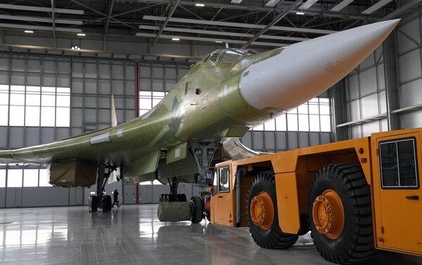 La salida del bombardero estratégico modernizado Tu-160M2 a la pista de aterrizaje de pruebas en Kazán - Sputnik Mundo