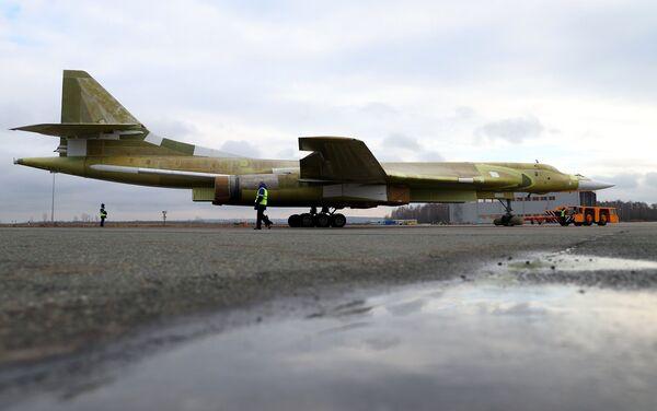 La salida del Tu-160M2 a la pista de aterrizaje de pruebas en Kazán - Sputnik Mundo