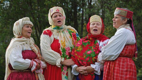 Una presentación de canto tradicional ruso en el Museo Malie Koreli de arquitectura de madera, en Arjánguelsk - Sputnik Mundo