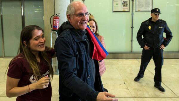 El opositor venezolano Antonio Ledezma tras aterrizar en Madrid - Sputnik Mundo