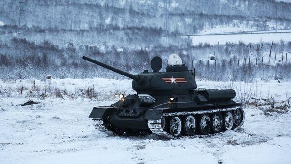 El tanque soviético T-34 durante ejercicios militares en condiciones invernales - Sputnik Mundo
