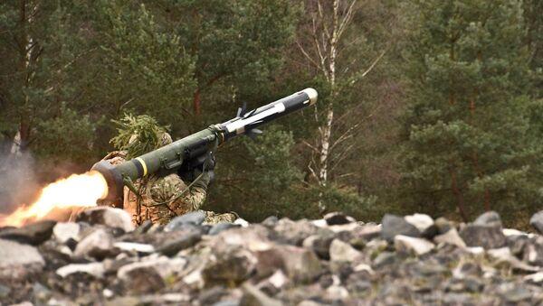 Soldado lanza un misil antitanque Javelin (archivo) - Sputnik Mundo