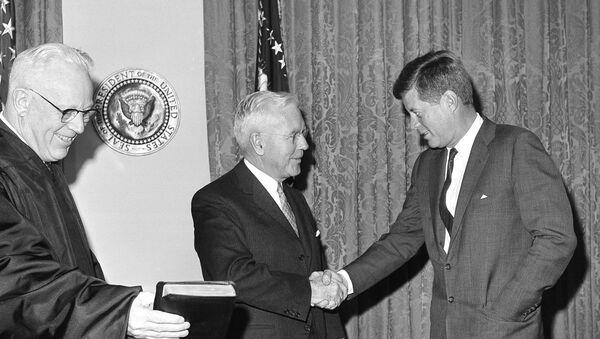 El director de la CIA, John McCone, y el presidente de EEUU, John F. Kennedy - Sputnik Mundo