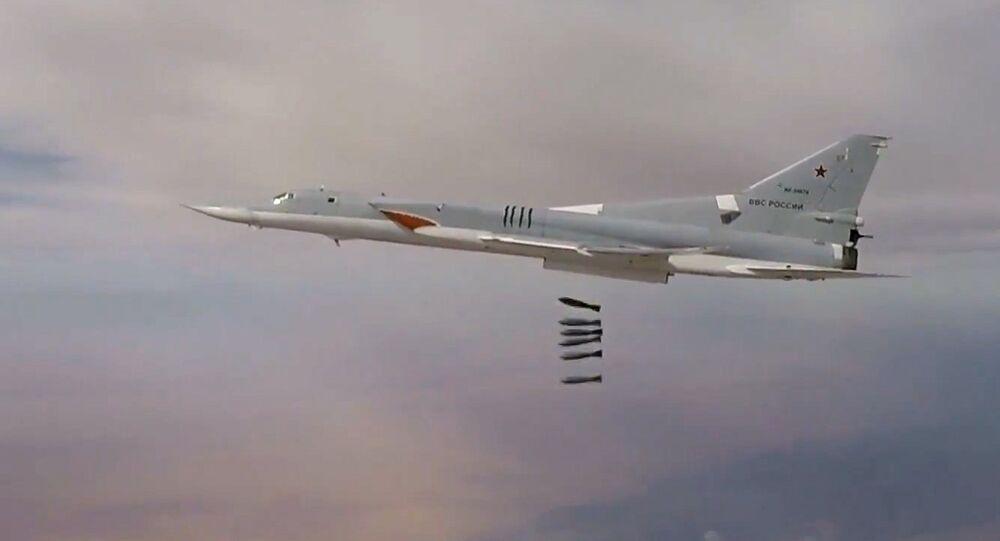 El Tu-22M3 ruso bombardea los depósitos de armas de Daesh en Siria (archivo)