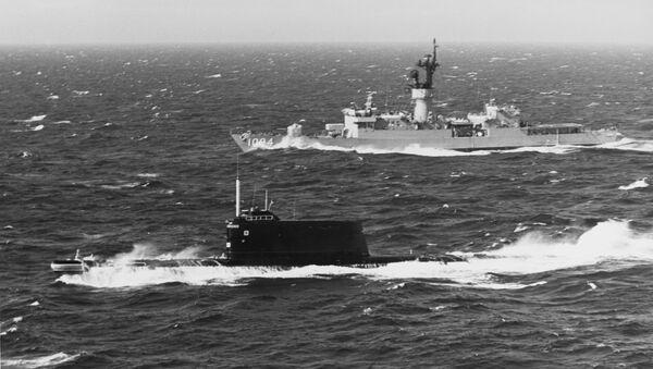 Un submarino soviérico de la clase 629A, la misma a la que pertenecía el K-129, navega en aguas danesas frente a un buque estadounidense - Sputnik Mundo