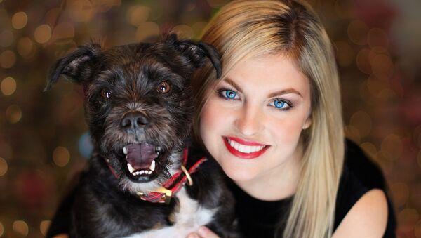 Una muchacha y su perro - Sputnik Mundo
