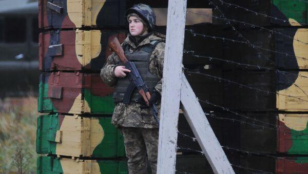Una mujer del ejército ucraniano - Sputnik Mundo