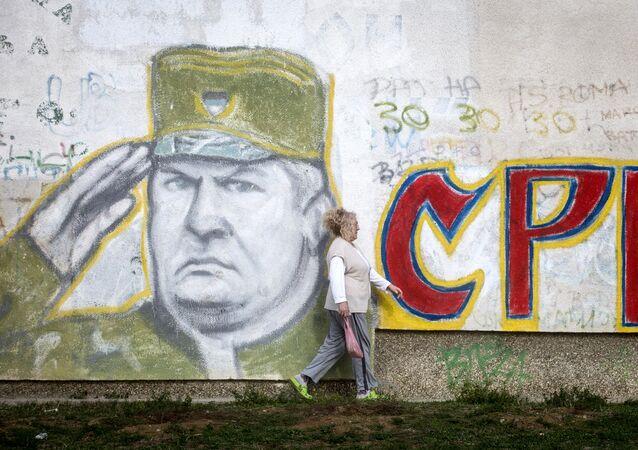 Un grafiti con el retrato del exmilitar serbobosnio Ratko Mladic