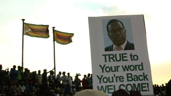 Los partidarios de Emmerson Mnangagwa, nuevo presidente de Zimbabue, con su retrato - Sputnik Mundo