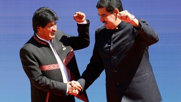 El presidente de Bolivia, Evo Morales, saluda a Nicolás Maduro, presidente de Venezuela - Sputnik Mundo