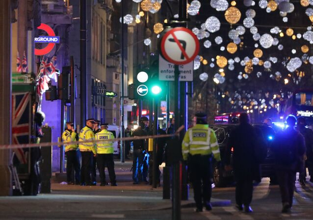 Policía cerca de la estación Oxford Circus en Londres