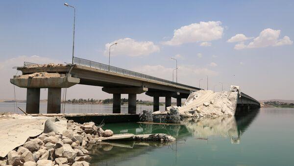 Un puente destruido por Daesh en Siria - Sputnik Mundo