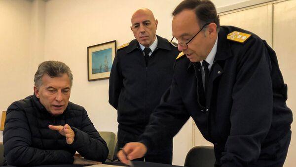 El contralmirante Gabriel González, jefe de la Base Naval de Mar del Plata, habla a Mauricio Macri, presidente de Argentina, acerca del submarino desaparecido ARA San Juan - Sputnik Mundo