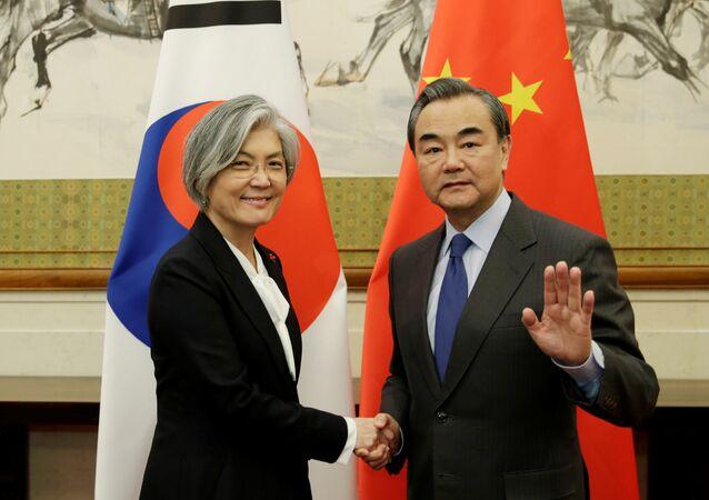 La ministra de Defensa de Corea del Norte, Kang Kyung-wha, y su homólogo chino, Wang Yi, en Pekin