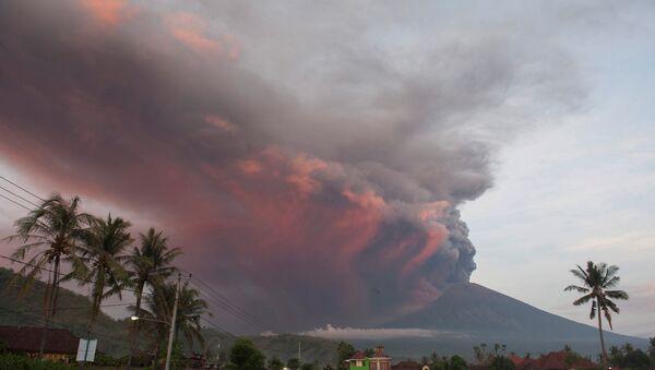 Volcán Agung en Indonesia - Sputnik Mundo