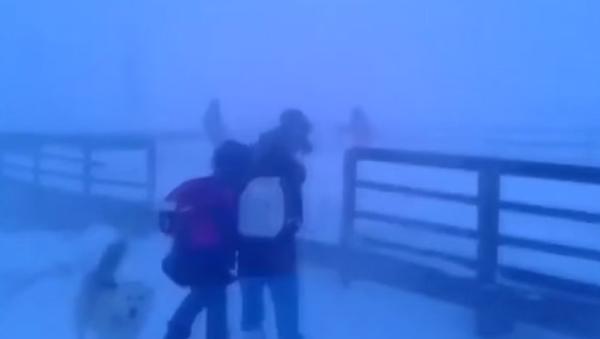 Escolares siberianos vuelven del cole con vientos de más de 100 km/h - Sputnik Mundo