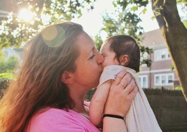 Madre besa a su bebé