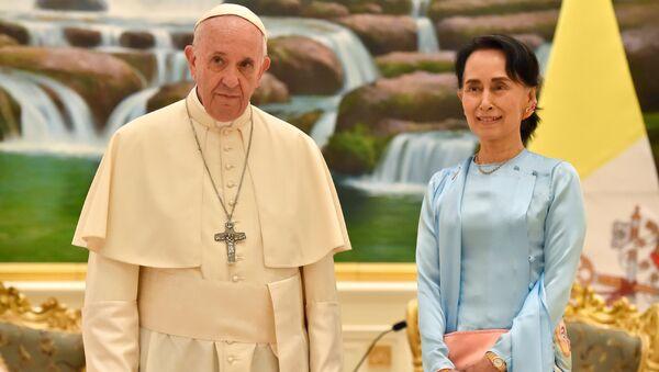 El Papa Francisco y la Consejera de Estado de Birmania, Aung San Suu Kyi - Sputnik Mundo